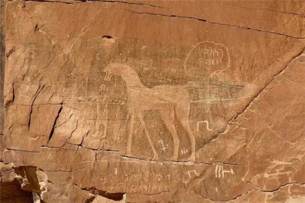 Khối đá khổng lồ nghìn tuổi bị chia đôi giữa sa mạc, càng nhìn càng kỳ quái, giả thuyết giật mình được đưa ra - Ảnh 1.