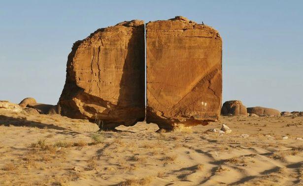 Khối đá khổng lồ nghìn tuổi bị chia đôi giữa sa mạc, càng nhìn càng kỳ quái, giả thuyết giật mình được đưa ra - Ảnh 4.
