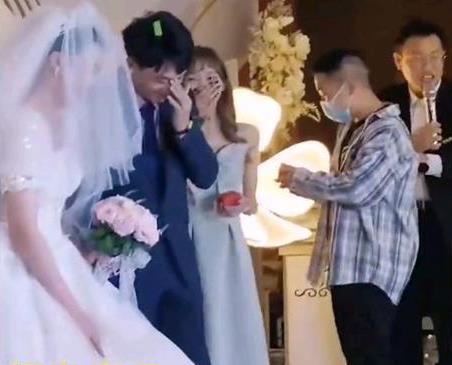 Giữa hôn lễ, phù rể bất ngờ quỳ xuống trao nhẫn cho cô dâu khiến cả hội hôn toát mồ hôi hột: Lời giải thích kịp thời đã cứu nguy! - Ảnh 3.