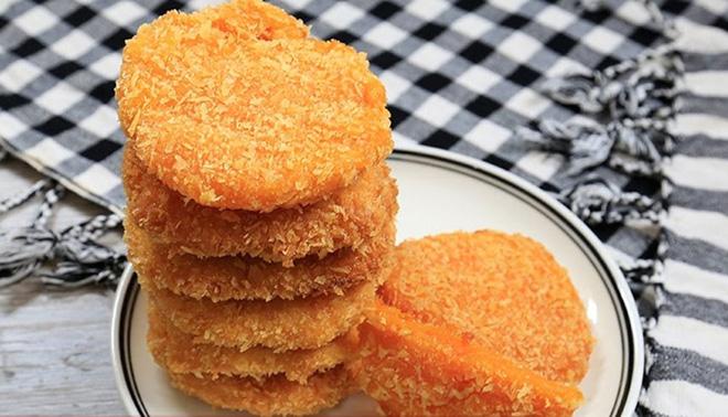 Học cách làm bánh bí đỏ chiên giòn ăn một miếng là nghiện - Ảnh 1.