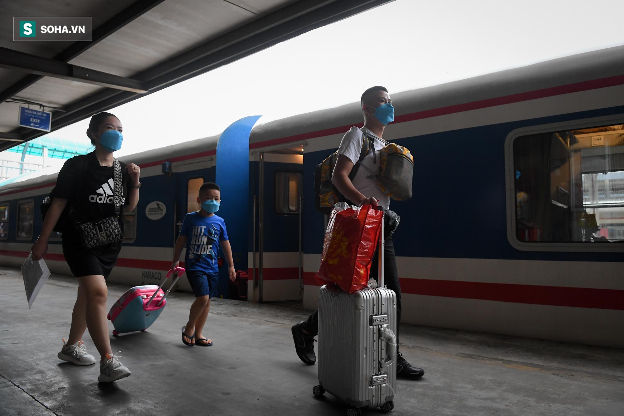 Người dân mừng rỡ khi đường sắt hoạt động trở lại: Mẹ ốm, con đẻ cả tháng mới được về thăm - Ảnh 1.