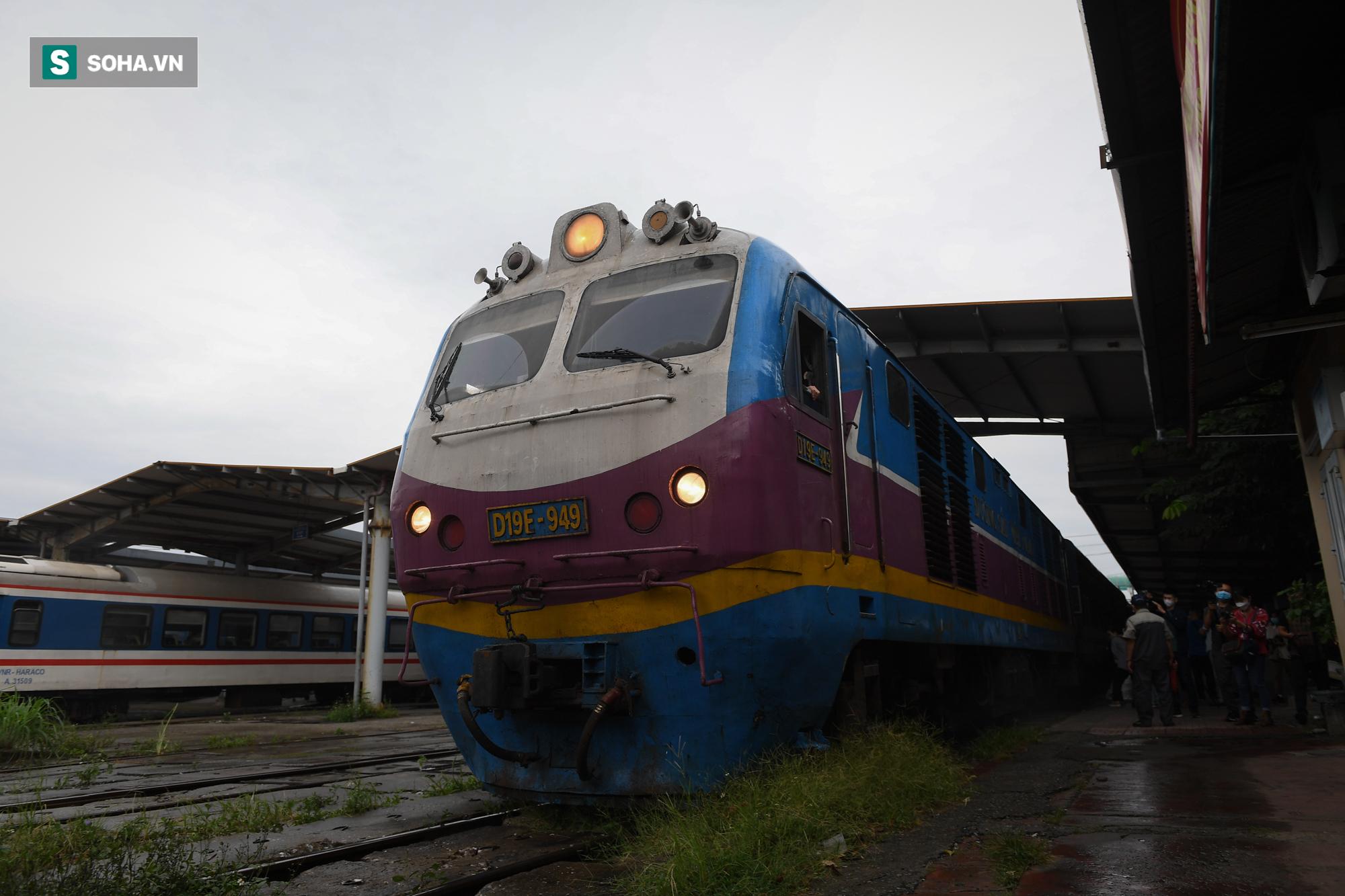 Người dân mừng rỡ khi đường sắt hoạt động trở lại: Mẹ ốm, con đẻ cả tháng mới được về thăm - Ảnh 11.