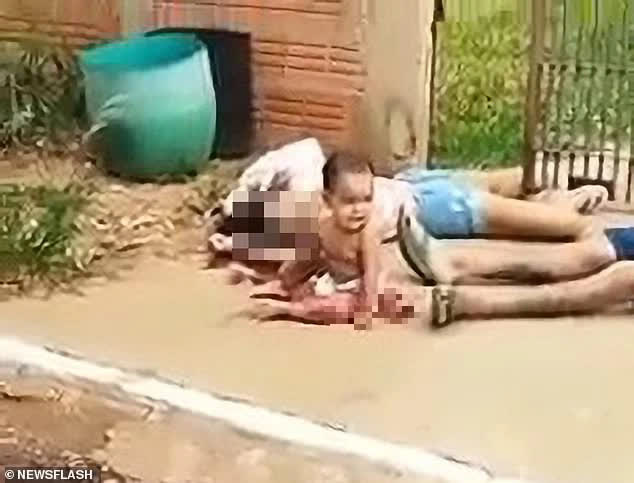 Em bé chỉ mặc 1 chiếc bỉm ngồi khóc bên vũng máu của bố mẹ, câu chuyện đằng sau khiến ai cũng rùng mình - Ảnh 3.