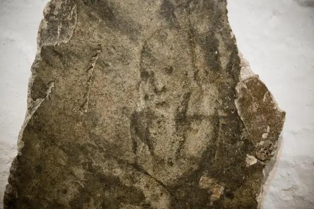 Xây nhà trên phần đất mộ tập thể của tử tù 700 năm trước, gia đình run cầm cập khi liên tục phát hiện cảnh rợn người, cứ xóa lại có - Ảnh 1.