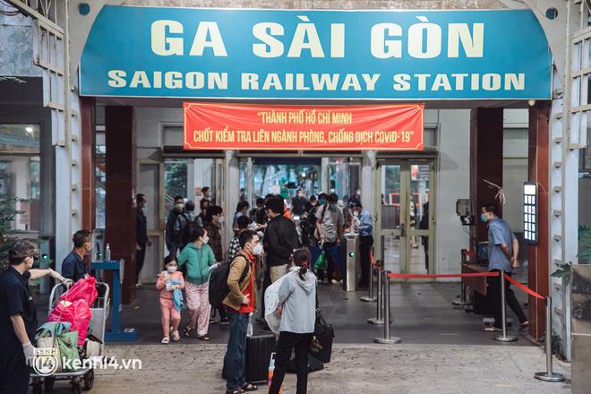 Chuyến tàu đầu tiên ở Sài Gòn chạy lại sau dịch, người dân phấn khởi: Đường về còn xa nhưng đặt chân được lên tàu là vui lắm rồi! - Ảnh 1.