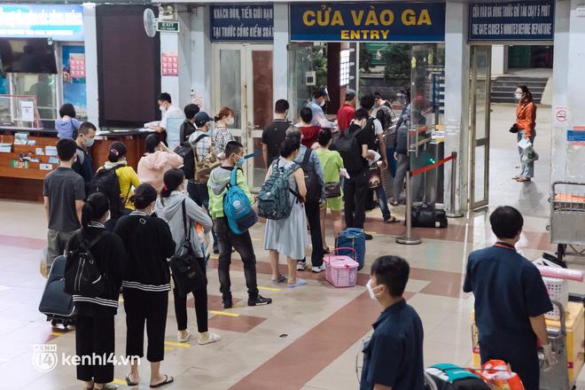 Chuyến tàu đầu tiên ở Sài Gòn chạy lại sau dịch, người dân phấn khởi: Đường về còn xa nhưng đặt chân được lên tàu là vui lắm rồi! - Ảnh 2.