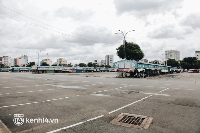 Ngày đầu bến xe lớn nhất trung tâm Sài Gòn mở lại, tài xế chờ từ sáng đến trưa vẫn không có khách đi - Ảnh 1.