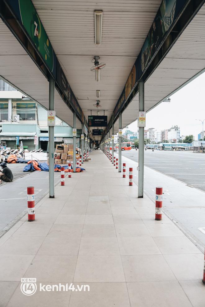 Ngày đầu bến xe lớn nhất trung tâm Sài Gòn mở lại, tài xế chờ từ sáng đến trưa vẫn không có khách đi - Ảnh 2.