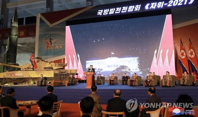 Chủ tịch Triều Tiên Kim Jong-un thăm triển lãm quốc phòng - Ảnh 2.