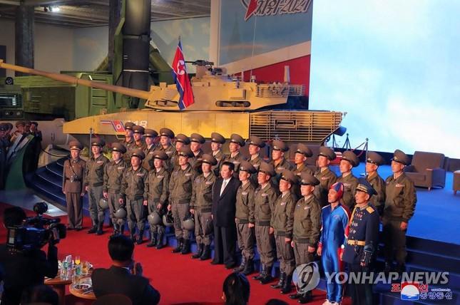 Chủ tịch Triều Tiên Kim Jong-un thăm triển lãm quốc phòng - Ảnh 4.