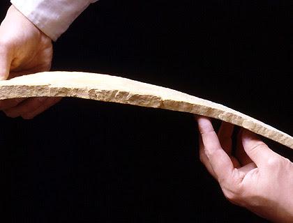 Loại đá kỳ lạ có thể uốn cong như miếng cao su - Ảnh 2.