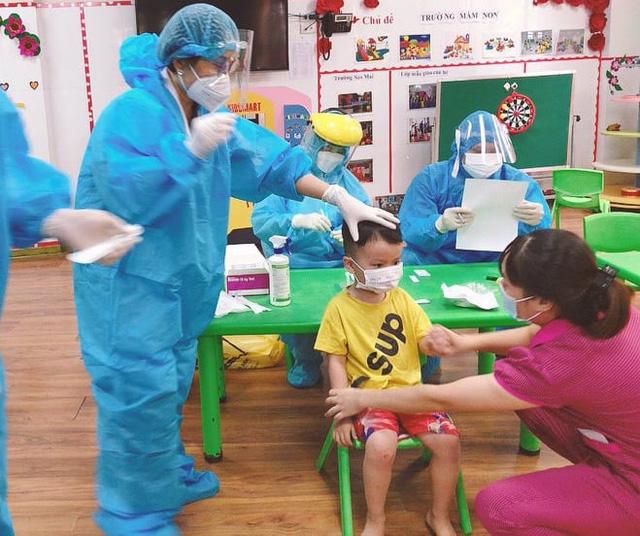 Dịch diễn biến nóng tại huyện miền núi với 26 ca bệnh cộng đồng cùng 563 F1. Hà Nội hôm nay có thêm hoàng loạt ca mới liên quan ổ dịch Bệnh viện Việt Đức - Ảnh 1.