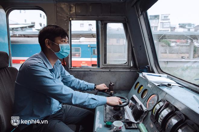 Chuyến tàu đầu tiên ở Sài Gòn chạy lại sau dịch, người dân phấn khởi: Đường về còn xa nhưng đặt chân được lên tàu là vui lắm rồi! - Ảnh 11.