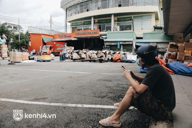 Ngày đầu bến xe lớn nhất trung tâm Sài Gòn mở lại, tài xế chờ từ sáng đến trưa vẫn không có khách đi - Ảnh 12.