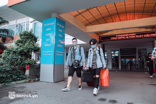 Chuyến tàu đầu tiên ở Sài Gòn chạy lại sau dịch, người dân phấn khởi: Đường về còn xa nhưng đặt chân được lên tàu là vui lắm rồi! - Ảnh 13.