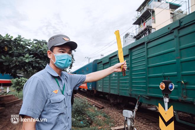 Chuyến tàu đầu tiên ở Sài Gòn chạy lại sau dịch, người dân phấn khởi: Đường về còn xa nhưng đặt chân được lên tàu là vui lắm rồi! - Ảnh 15.