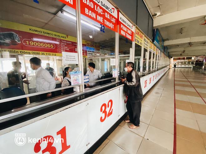 Ngày đầu bến xe lớn nhất trung tâm Sài Gòn mở lại, tài xế chờ từ sáng đến trưa vẫn không có khách đi - Ảnh 15.