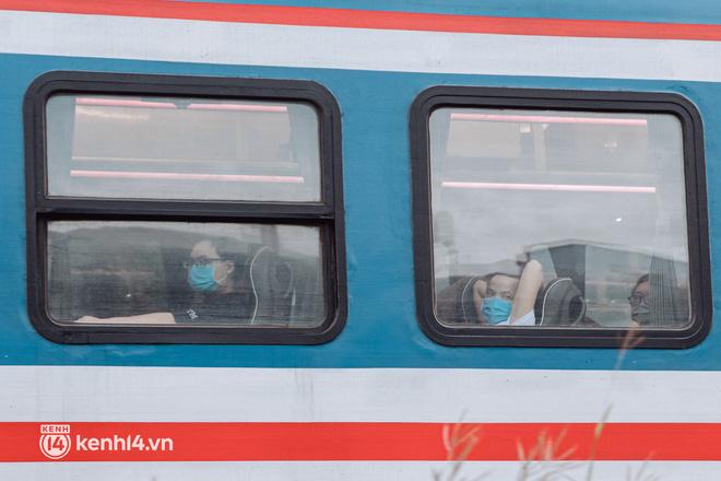 Chuyến tàu đầu tiên ở Sài Gòn chạy lại sau dịch, người dân phấn khởi: Đường về còn xa nhưng đặt chân được lên tàu là vui lắm rồi! - Ảnh 16.