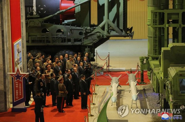 Chủ tịch Triều Tiên Kim Jong-un thăm triển lãm quốc phòng - Ảnh 3.