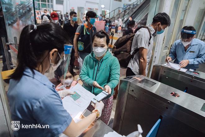 Chuyến tàu đầu tiên ở Sài Gòn chạy lại sau dịch, người dân phấn khởi: Đường về còn xa nhưng đặt chân được lên tàu là vui lắm rồi! - Ảnh 4.