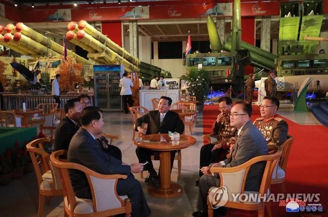 Chủ tịch Triều Tiên Kim Jong-un thăm triển lãm quốc phòng - Ảnh 5.