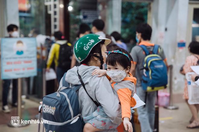 Chuyến tàu đầu tiên ở Sài Gòn chạy lại sau dịch, người dân phấn khởi: Đường về còn xa nhưng đặt chân được lên tàu là vui lắm rồi! - Ảnh 5.