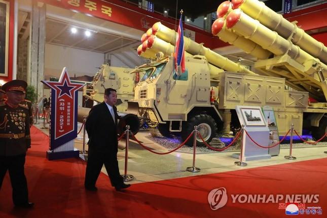 Chủ tịch Triều Tiên Kim Jong-un thăm triển lãm quốc phòng - Ảnh 6.
