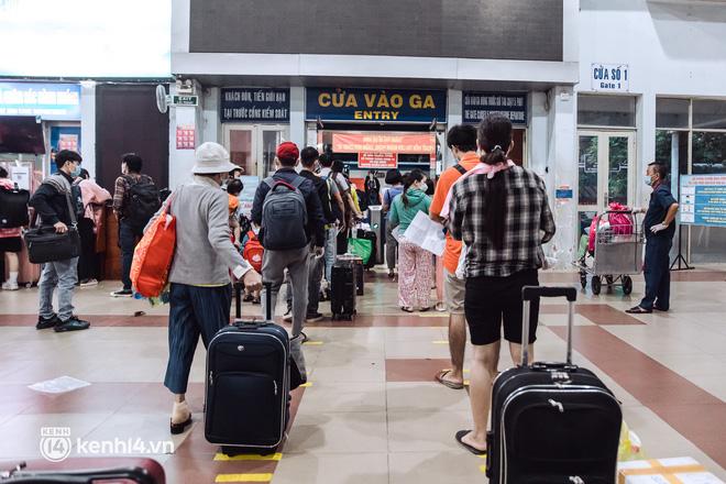 Chuyến tàu đầu tiên ở Sài Gòn chạy lại sau dịch, người dân phấn khởi: Đường về còn xa nhưng đặt chân được lên tàu là vui lắm rồi! - Ảnh 6.