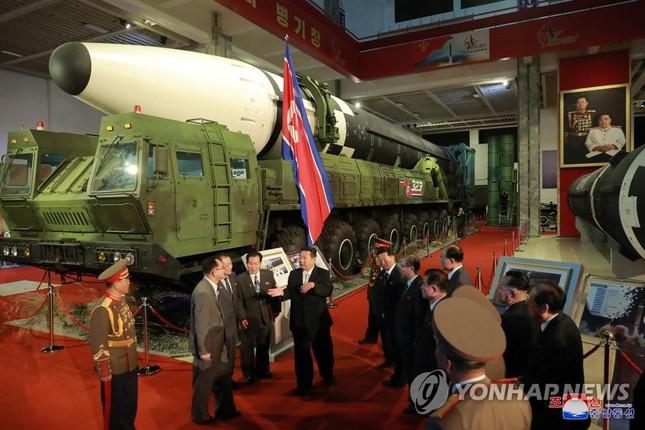Chủ tịch Triều Tiên Kim Jong-un thăm triển lãm quốc phòng - Ảnh 7.