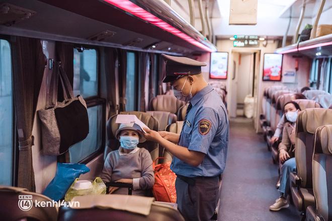 Chuyến tàu đầu tiên ở Sài Gòn chạy lại sau dịch, người dân phấn khởi: Đường về còn xa nhưng đặt chân được lên tàu là vui lắm rồi! - Ảnh 8.