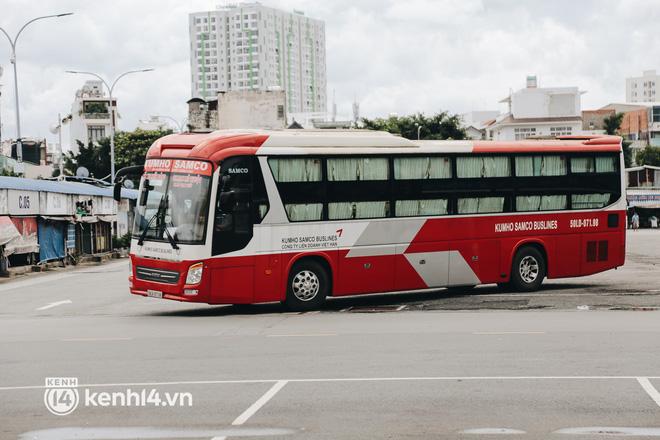 Ngày đầu bến xe lớn nhất trung tâm Sài Gòn mở lại, tài xế chờ từ sáng đến trưa vẫn không có khách đi - Ảnh 8.