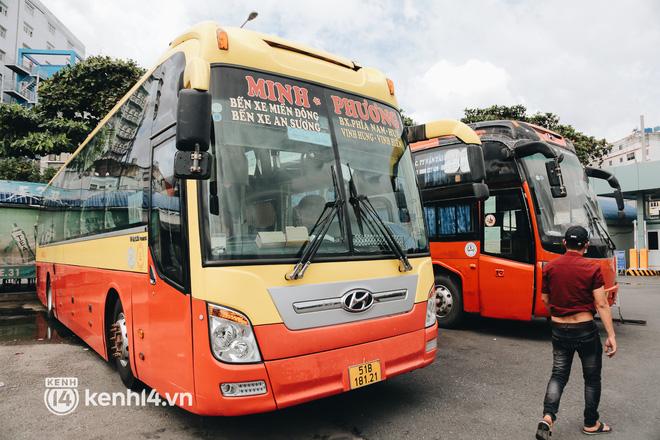 Ngày đầu bến xe lớn nhất trung tâm Sài Gòn mở lại, tài xế chờ từ sáng đến trưa vẫn không có khách đi - Ảnh 9.