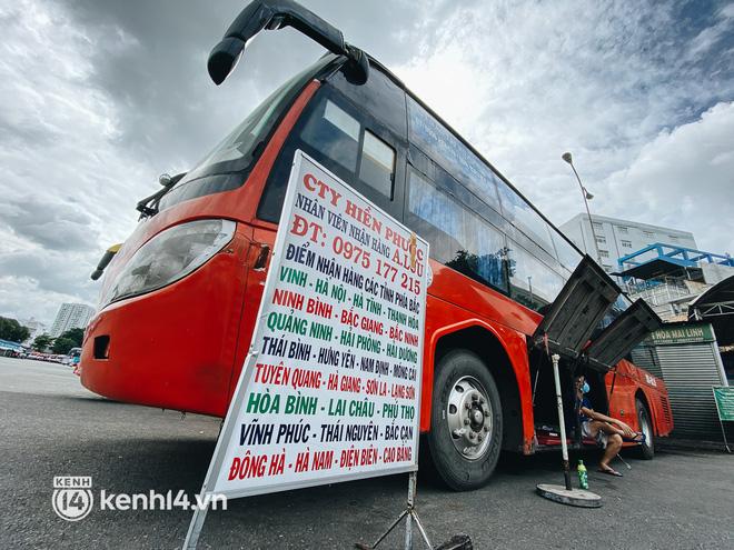 Ngày đầu bến xe lớn nhất trung tâm Sài Gòn mở lại, tài xế chờ từ sáng đến trưa vẫn không có khách đi - Ảnh 10.