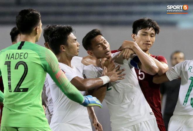 Màn hả hê sau cú đấm của Duy Mạnh năm nào & nhát dao đâm thủng ngực đội tuyển Việt Nam - Ảnh 4.