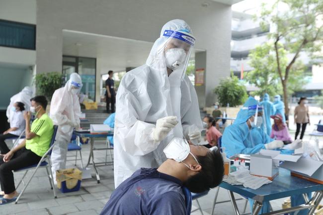 Thủ đô hôm nay có thêm hoàng loạt ca mới liên quan ổ dịch Bệnh viện Việt Đức. Dịch diễn biến nóng tại huyện miền núi với 26 ca bệnh cộng đồng cùng 563 F1 - Ảnh 1.