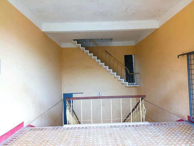 Cầu thang bị chấm 0 điểm khi treo lơ lửng giữa không trung, song nhìn kĩ lối ra mới thấy cái tài tình của kiến trúc sư - Ảnh 1.