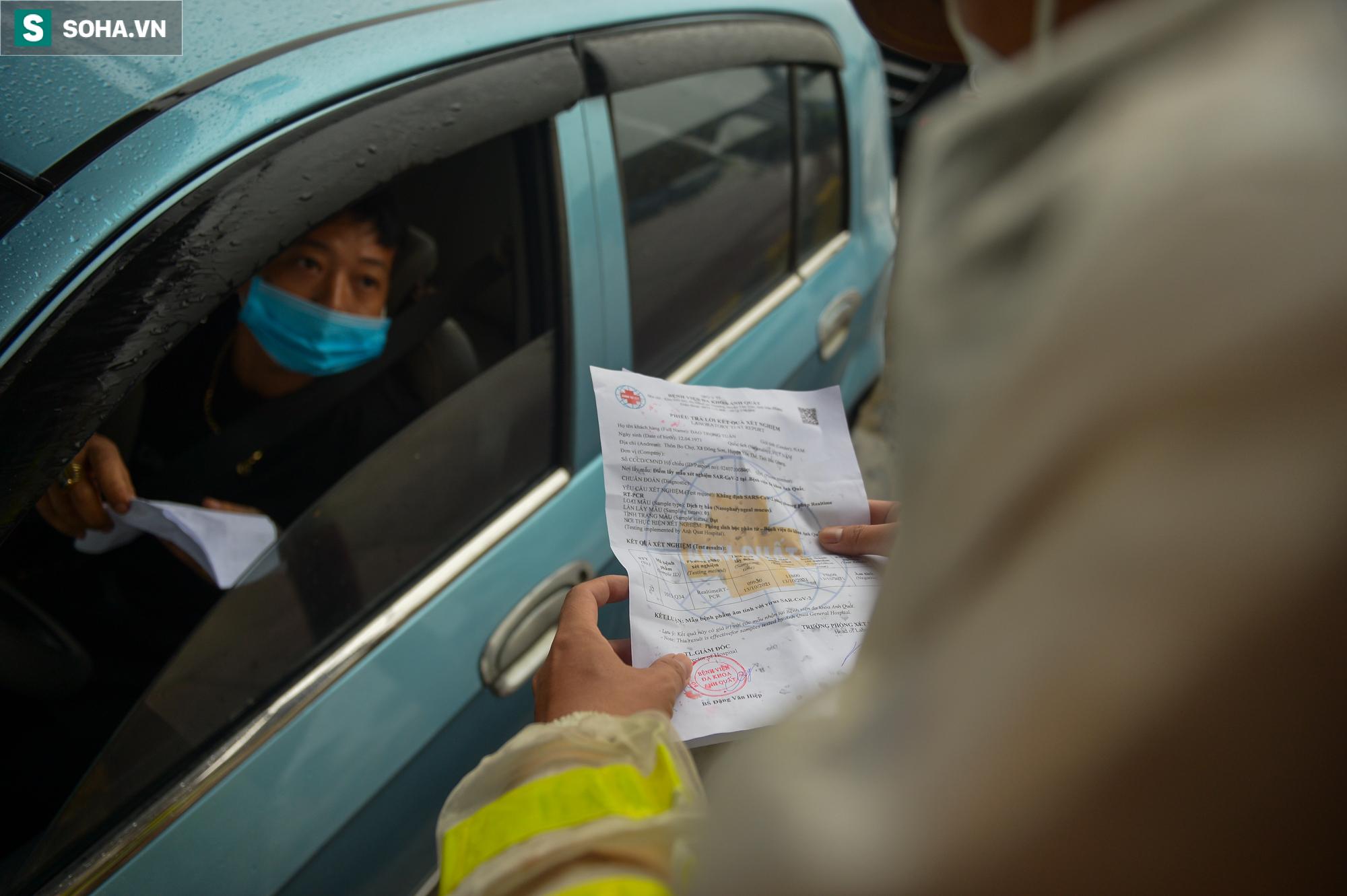 Nhiều tài xế phải quay đầu ở chốt cửa ngõ Hà Nội vì không có giấy xét nghiệm Covid-19 - Ảnh 3.