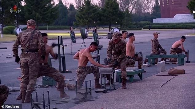 Video binh sĩ Triều Tiên ngực trần nằm trên thuỷ tinh phô diễn sức mạnh - Ảnh 1.
