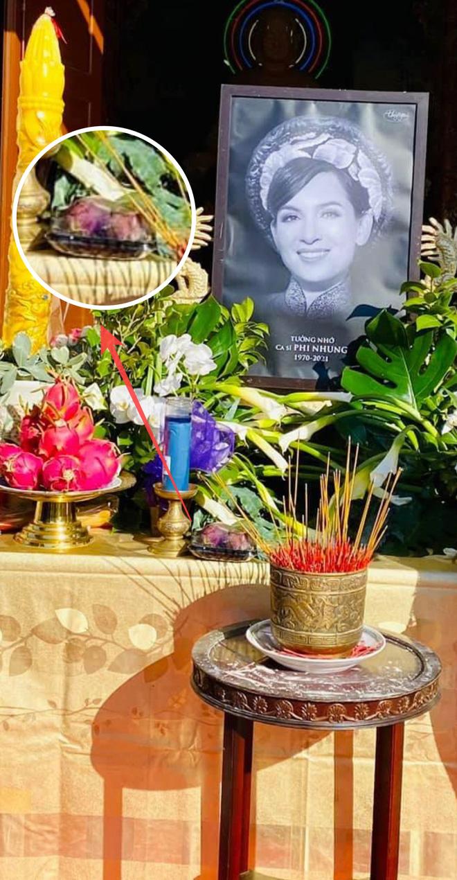 Trên bàn thờ cố ca sĩ Phi Nhung tại tang lễ Mỹ có đặt 1 món từng khiến NS Việt Hương khóc nghẹn khi nhắc đến!  - Ảnh 1.