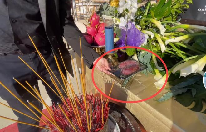 Trên bàn thờ cố ca sĩ Phi Nhung tại tang lễ Mỹ có đặt 1 món từng khiến NS Việt Hương khóc nghẹn khi nhắc đến!  - Ảnh 2.