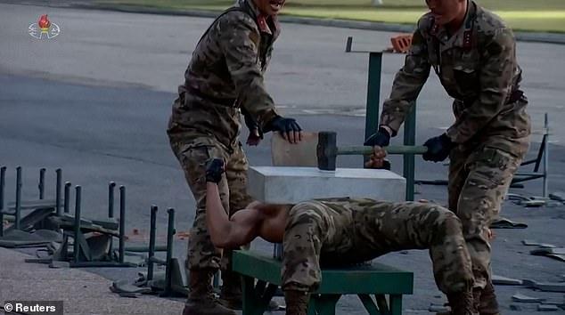 Video binh sĩ Triều Tiên ngực trần nằm trên thuỷ tinh phô diễn sức mạnh - Ảnh 3.