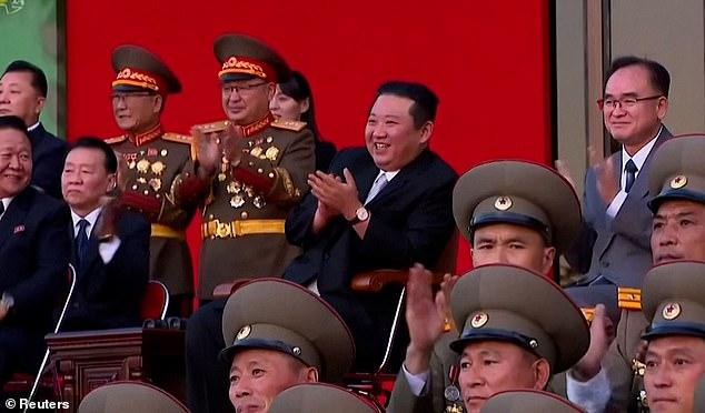 Video binh sĩ Triều Tiên ngực trần nằm trên thuỷ tinh phô diễn sức mạnh - Ảnh 5.