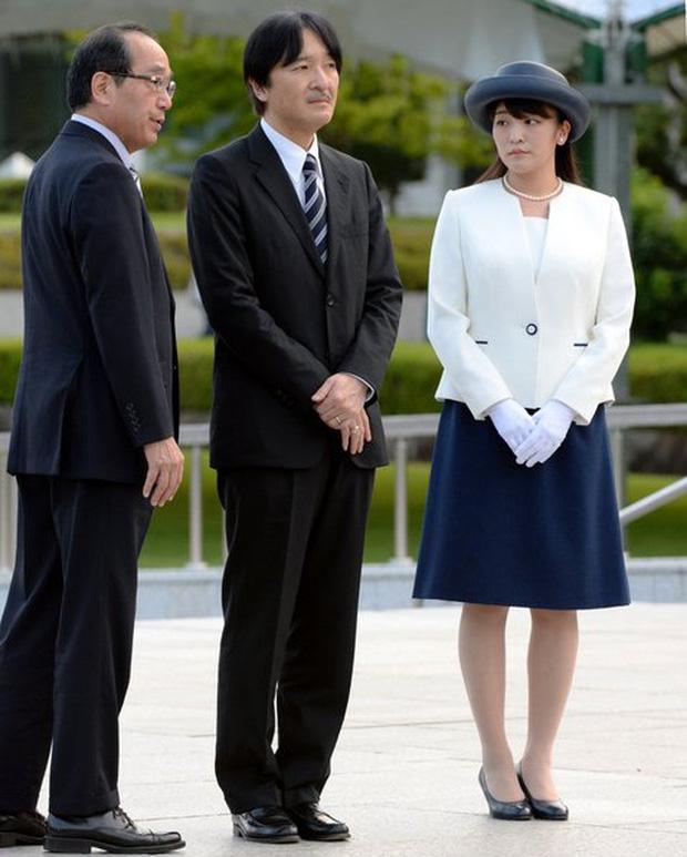 Công chúa Nhật khiến dân chúng buồn lòng vì cưới thường dân: Từng là viên ngọc quý được yêu mến giờ chỉ thấy gượng cười mỗi lần xuất hiện - Ảnh 10.