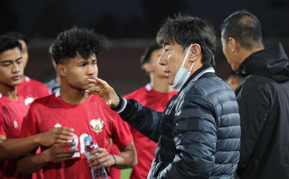 """Thua đau Australia, HLV Indonesia ra mệnh lệnh """"không tưởng"""" cho học trò ở trận lượt về"""