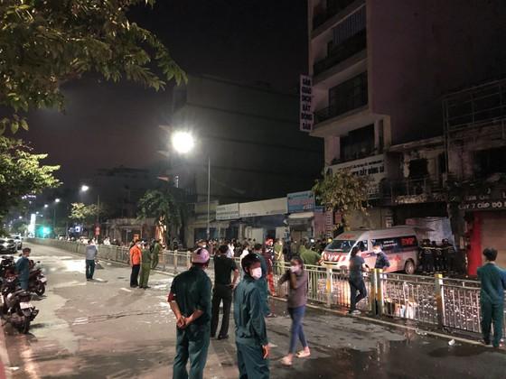 Cháy 2 căn nhà ở TP.HCM sau tiếng nổ lớn, nam thanh niên liên tục gào khóc gọi tên người thân - Ảnh 1.