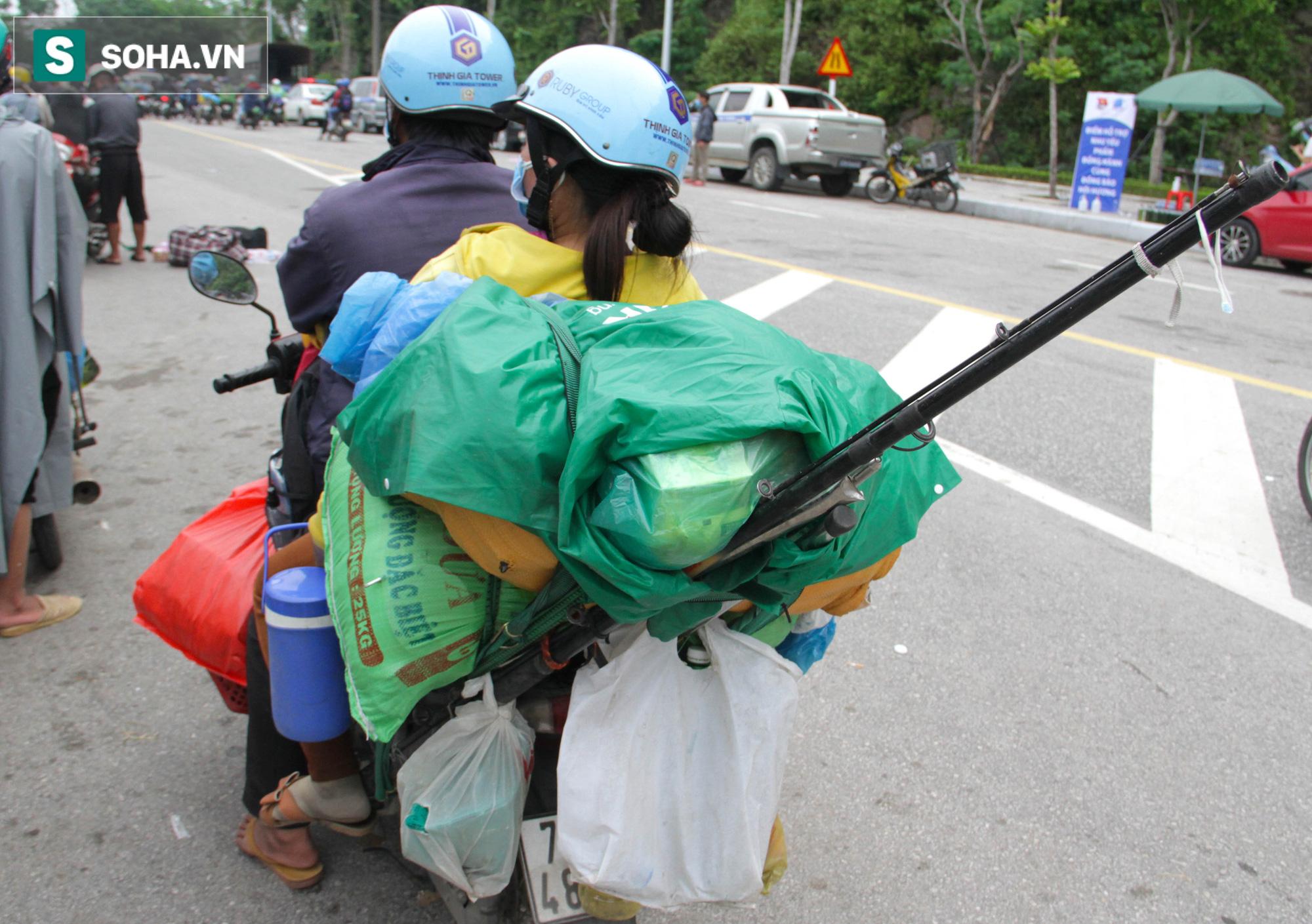 Từng phích nước, móc quần áo, bơm xe... đã cũ mèm được đùm theo hành trình 1.000km về quê: Giờ 1 nghìn đồng cũng quý - Ảnh 5.