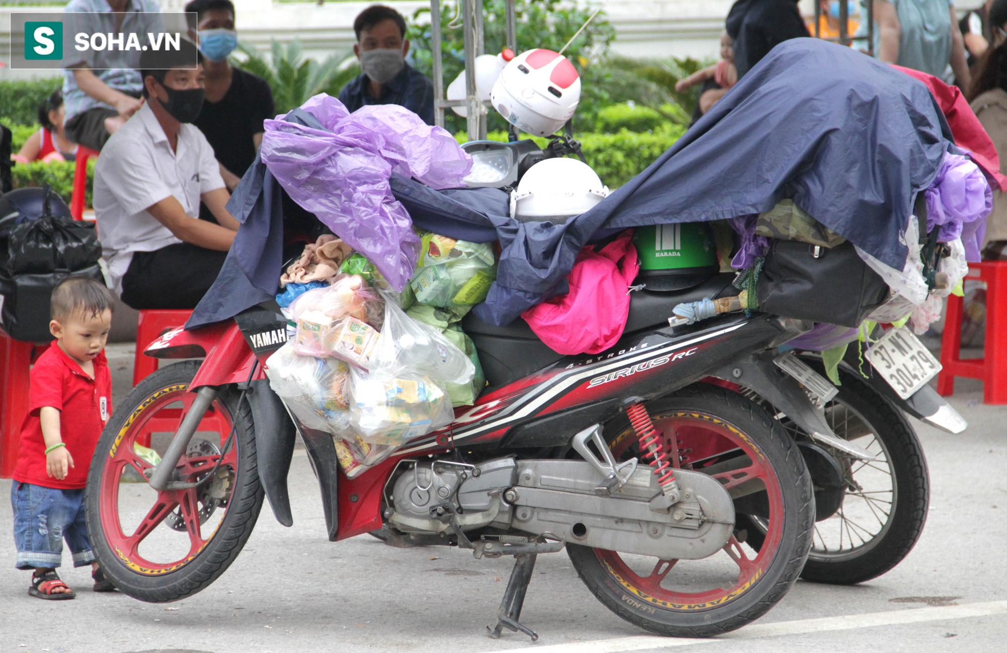 Từng phích nước, móc quần áo, bơm xe... đã cũ mèm được đùm theo hành trình 1.000km về quê: Giờ 1 nghìn đồng cũng quý - Ảnh 4.