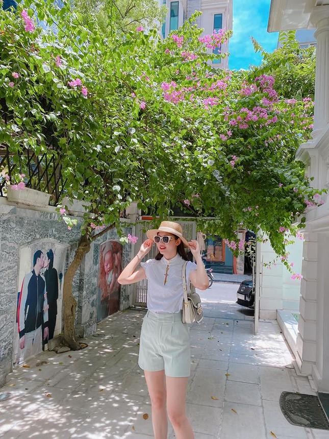 Tường ở sân nhà in ảnh á hậu Thanh Tú khoá môi ông xã gây chú ý - Ảnh 1.