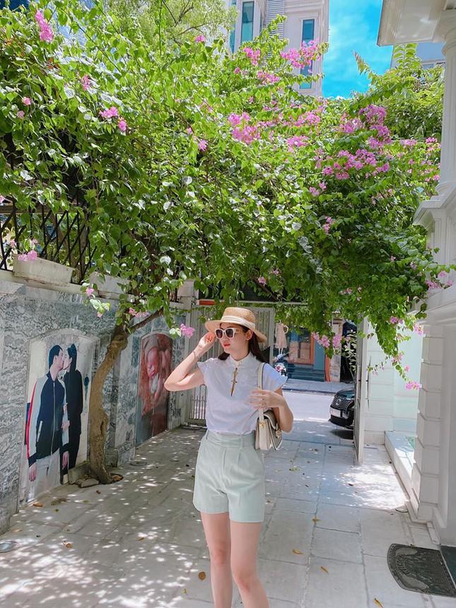 Tường ở sân nhà in ảnh á hậu Thanh Tú khoá môi ông xã gây chú ý - Ảnh 2.