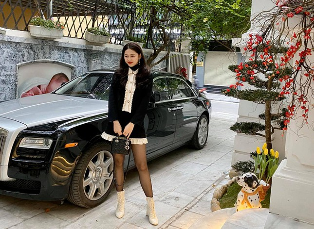 Tường ở sân nhà in ảnh á hậu Thanh Tú khoá môi ông xã gây chú ý - Ảnh 3.